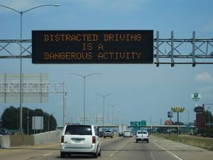 798px-I-55_I-40_West_Memphis_AR_distracted_driving_warning_sign